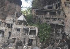 Abandoned house built into the cliff on one of the islands near Bequia.(How enchanting…